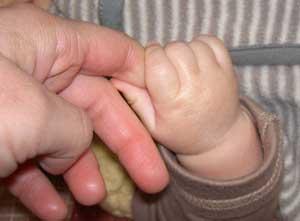ちっちゃいお手手と握手